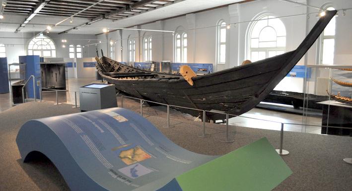 Das Nydamboot in der neuen Sonderausstellung.