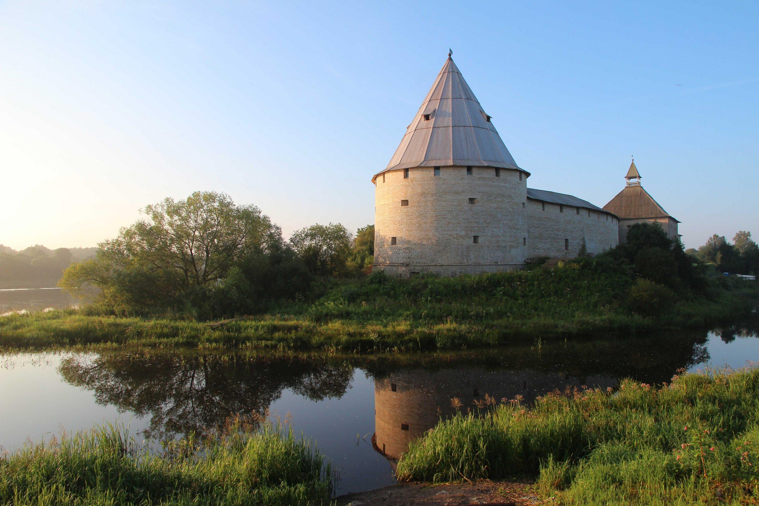Abb. 3: Rekonstruierte neuzeitliche Festung von Staraja Ladoga an der Einmündung der Ladožka in den Volchov (Foto: J. Schneeweiß).