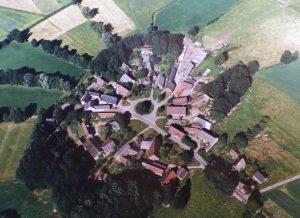 Abb. 4: Das Rundlingsdorf Mammoißel im Hannoverschen Wendland (Ldkr. Lüchow-Dannenberg) in einer Luftaufnahme aus dem Jahr 1997 (Wendland-Archiv, ID:40744).