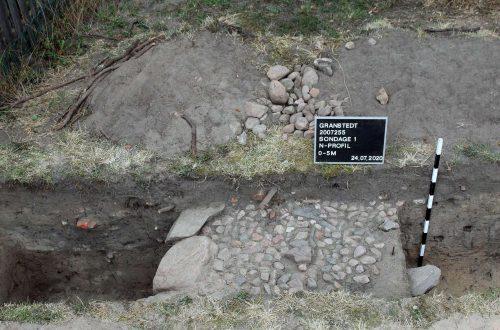 Abb. 7: Überreste der ehemaligen Bebauung einer wüsten Hofstelle des Rundlings Granstedt, Ldkr. Lüchow-Dannenberg (Foto: J. Schneeweiß).