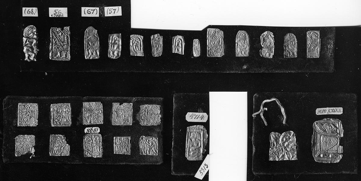 Abb. 1: Historisches Foto von Goldfolienfiguren im Dänischen Nationalmuseum, von denen einige (unten links) aus Norwegen stammen und den Funden aus Tubakken ähneln. Foto: Nachlass Hauck, Schleswig.