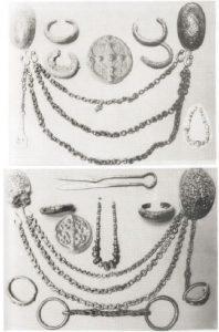 Beigabeninventare zweier wikingerzeitlicher Frauenbestattungen mit paarigen (skandinavischen) Schalenfibeln, Dosenfibeln (typisch für Gotland), Armreifen, Perlenketten, einem Schlüssel, einer Schere und einer Trense (ebd. Taf. 23).