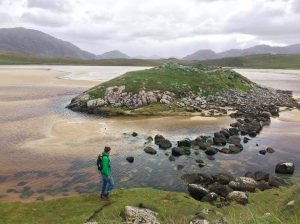 Hans Whitefield bei der Untersuchung einer Burganlage in Schottland (Foto: Hans Whitefield).